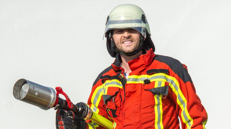 Moderator Johannes Zenglein mit Feuerwehrschlauch (Foto: SWR)