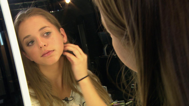Thora betrachtet sich im Spiegel (Foto: SWR)