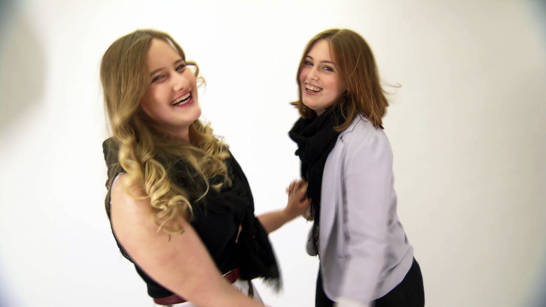 Zwei Mädchen lachen (Foto: SWR)