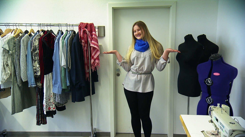 Ein Mädchen posiert neben einem Kleiderständer (Foto: SWR)