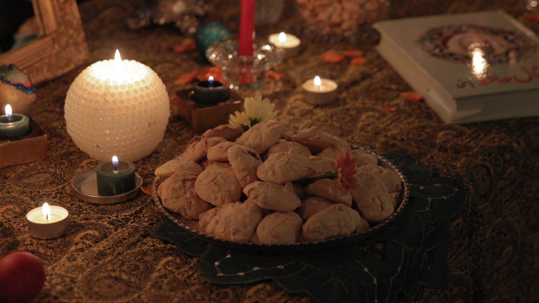Walnussplätzchen stehen auf einem Altar (Foto: SWR, SWR Nordisch Filmproduction)