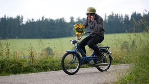 Mann auf einem Moped (Foto: SWR, SWR -)
