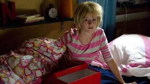 Ein Mädchen sitzend im Bett (Foto: SWR, SWR -)