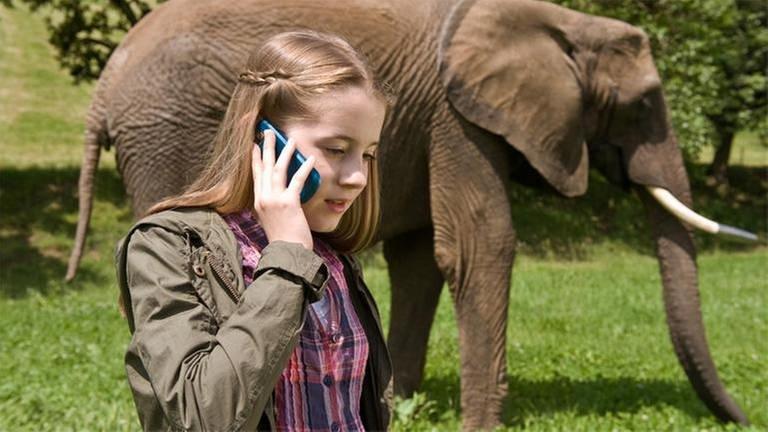 Ein Mädchen mit einem Elefanten (Foto: SWR, SWR -)