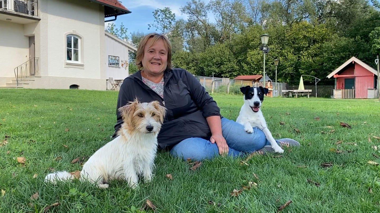 Renate Hiltl mit Hund Junior, alias Cookie, und Beppo (Foto: SWR)