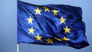 Eine Europaflagge flattert im Wind (Foto: picture-alliance / Reportdienste, picture alliance / dpa /Fotografen: Horst Ossinger)