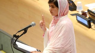Malala Yousafzai vor dem Mikrofon (Foto: picture-alliance / Reportdienste, dpa picture-alliance)