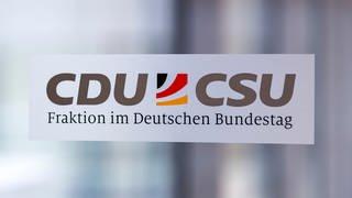 Hinweisschild auf die CDUCSU-Fraktion im Deutschen Bundestag. (Foto: picture-alliance / Reportdienste, picture alliance / Geisler-Fotopress | Christoph Hardt/Geisler-Fotopres)
